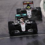 Hamilton wins in rain, forces title showdown with Rosberg